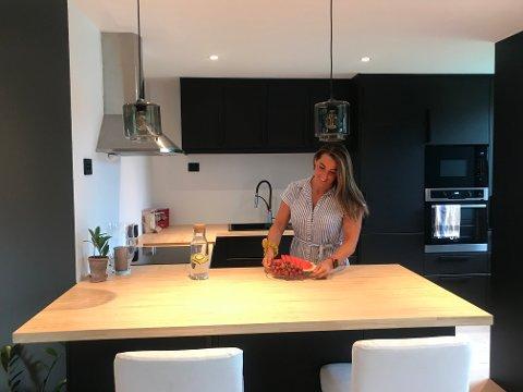 KJØKKEN: Gina er storfornøyd med sitt nye kjøkken