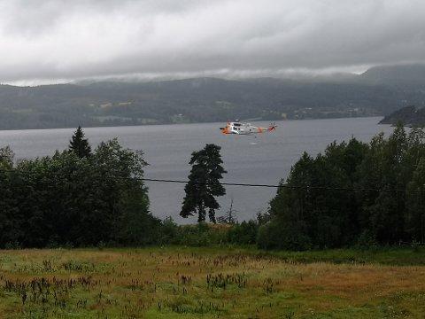 SØK: Seaking-helikopteret søker over Norsjø.