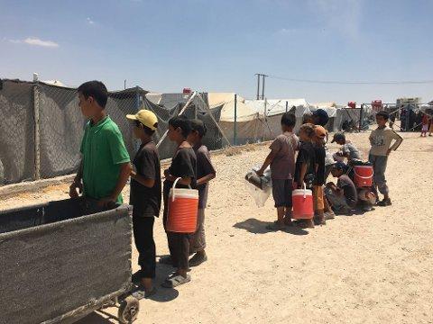 al-Hol, Syria 20190622. Barn i al-Hol i kø for tillatelse til å hente rasjoner fra hovedområdet i leiren. Foto: Human Rights Watch / NTB scanpix