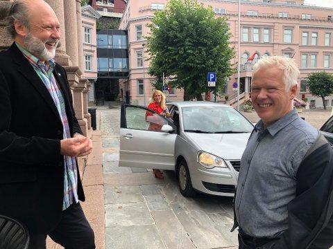 SPENTE: - Det blir flere hodepinetabletter på deg i dag, Ørnulf, smilte Rune Mathisen da Hedda Foss Five fortalte at den nye opptellingen av valgresultatet ville ta flere timer.  Ørnulf Hjort-Sørensen ligger an til å kapre Rødts tredje mandat i bystyret etter et historisk godt valg. FOTO: VIGDIS HELLA