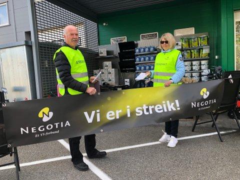 STREIKER: Jørgen Verpe og Aud Straume streiker utenfor Felleskjøpet i Bø. Foto: Bjørnar Hagen Vika
