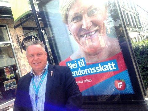 KRITISK TIL VALGKAMPDEKNING:  Knut Morten Johansen er en valgkampleder i Fremskrittspartiet. Han er kritisk til hvordan valgkampen har utviklet seg. - Det er altfor stort fokus på sentrale politikere. Men denne plakaten med Siv Jensen i Skien er ikke det verste. Vi er mot eiendomsskatt i alle kommuner.