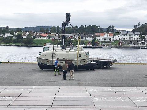 Løftet opp: Dette merkelige fartøyet ble løftet opp av Porsgrunnselva mandag morgen.