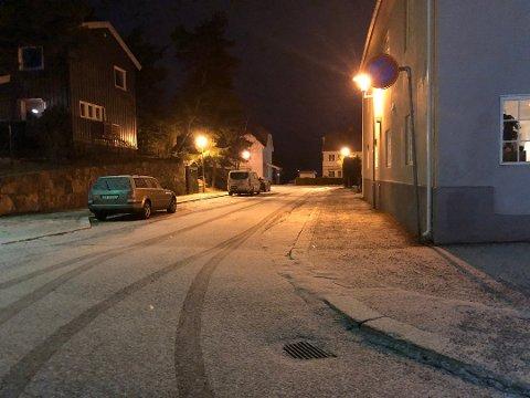 LÅTT NED: Det var her i Kirkegata på Notodden at en mann i 30-årene ble slått ned av tre ukjente gjerningsmenn i natt.