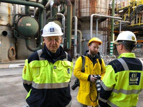 FEILEN FUNNET: Feilen som førte til stans av amoniakkfabrikken på Herøya sent lørdag kveld er funnet. Fabrikksjef Jon Sletten regner med å starte opp igjen søndag ettermiddag. Bildet er tatt ved en tidligere anledning.