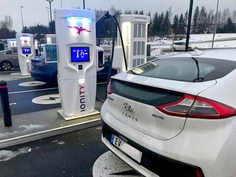 20 KRONER MILA: Hurtigladeselskapet Ionity har bestemt seg for å virkelig melke de norske elbileierne. Prisen for noen blir over 20 kroner mila.