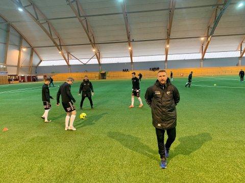 LEDER LAGET: Jan-Frode Nornes er på plass i Telemarkshallen. Det er ikke Dag-Eilev Fagermo. Foto: Hans Eivind Øygarden