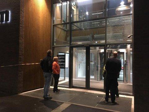 KNUST: Det er gjort hærverk på politihuset i Tønsberg i natt. Foto: Ivar Benjamin Østebø