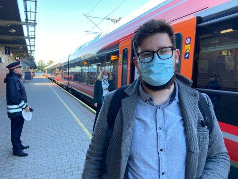TAR HENSYN: Pendler Simen A.W. Olsen vil reise færre ganger i uka til Oslo etter de nye anbefalingene.