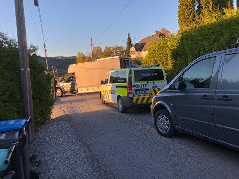 STORE BESLAG: Politiets bombegruppe arbeider sammen med Forsvarets bombegruppe på stedet og det gjøres store beslag.