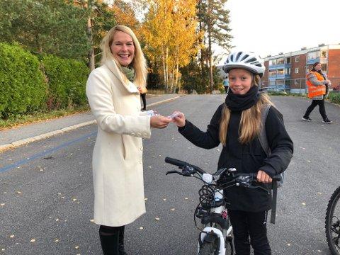 DELTE UT:  Emilie i 5. klasse var en av elevene som fikk refleks av ordfører Hedda Foss Five (Ap) under markeringen av Refleksens dag på Stigeråsen skole på Gulset..