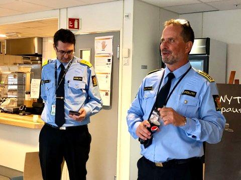 FLERE POLITIFOLK?: Leder for politiet i Telemark, politiinspektør Dag Størksen (t.h.), mener Grenland har tapt når det gjelder bemanning. Nå diskuterer ledelsen i politidistriktet om bemanningen er riktig fordelt. Til venstre: Politimester i Sør-Øst politidistrikt, Ole B. Sæverud.