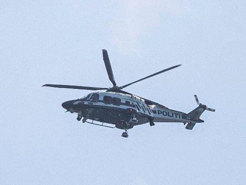 POLITIJAKT: Politihelikopteret hang over Grenland i går. Det tok opp jakten på crossere som forsøkte å stikke av fra politiet.