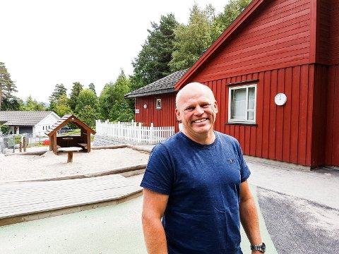 SELGER: Knut Bråthen og Eirik Østerlid har solgt Hovet skole.