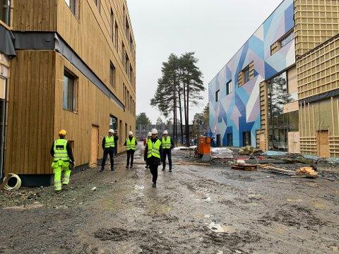 STORT: Passasjen mellom den nye ungdomsskolen og idretts- og svømmehallen.