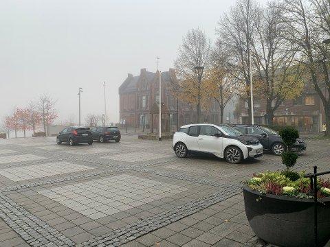 PARKERINGSPLASS: På grunn av veiarbeid åpnes rådhusplassen som parkeringsplass fra og med mandag.