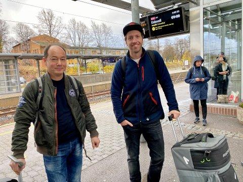 VENTER PÅ BUSS: Arne Evensen og Morten Strand skal til Gardermoen, og håper å rekke flyavgangen.