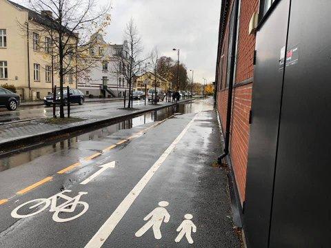 OVERVANN: Det samler seg store mengder vann på gang og sykkelstien langs Down Town ved mye regnvær.