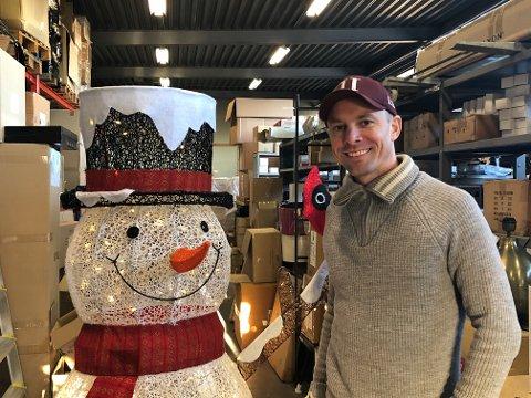 GODT ÅR: Bedriften Trend Collection AS går mot et godt år, forteller markedssjef Fredrik Goberg. Bedriften er spesielt stor på belysning og andre julevarer. Foto: Per B. Johansen
