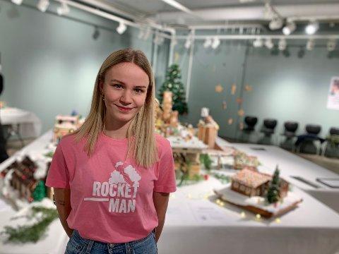 DRAHJELP: Thea Ditlefsen håper pepperkakehusene kan gi masse penger til arbeidet med Rocketman og arbeidet de gjør.