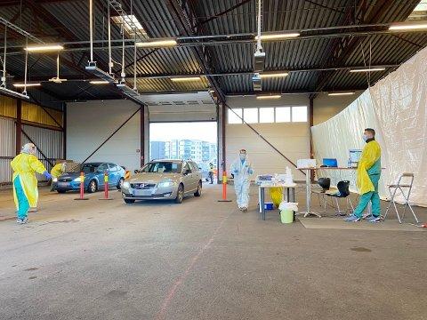 SYMPTOM: Her fra teststasjonen på Stensarmen i Tønsberg, hvor innbyggere fra tre kommuner testes hver eneste dag. Har du luftveissymptomer, er det hit du bør dra for å teste deg.
