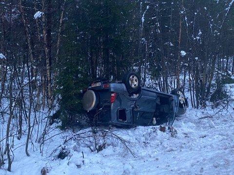 UTFORKJØRING: En bil havnet i grøfta etter en utforkjøring søndag morgen.