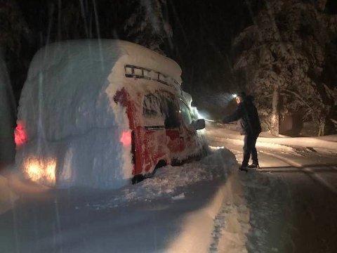 MYE SNØ: Vinteren har kommet til  Skrim, og mange fikk seg en skikkelig måkejobb mandag morgen.