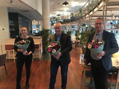 TRE PÅ TOPP: Bård Hoksrud flankert av de to andre på topp for Frp, Carina Thorvaldsen og Thorleif Fluer Vikre.