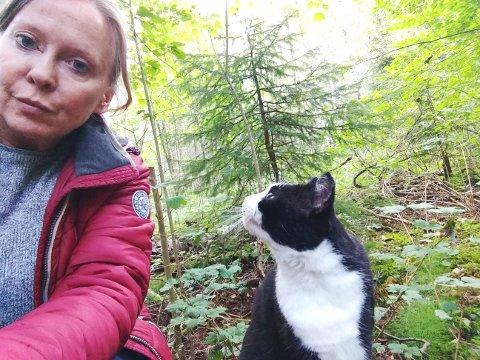 VIL IKKE HA MAST: - Vær så snill, ikke sett opp en mobilmast i ferieparadiset mitt, sier Tove Kristine Jensen fra Tønsberg. Hun er ofte på Siktesøya sammen med katten sin.