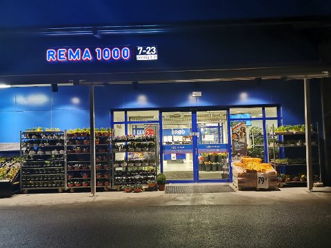 HOLDT ÅPENT: Her på Gimsøy holdt Rema 1000 hele butikken åpen søndag. Ikke bare søndagsdelen på hundre kvadratmeter.