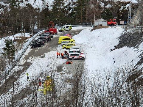 Redningspersonell deltar i søket etter en person som skal ha blitt tatt av et snøras ved Vemorkbrua utenfor Rjukan lørdag ettermiddag. Foto: Terje Waskaas / Rjukan Arbeiderblad / NTB scanpix
