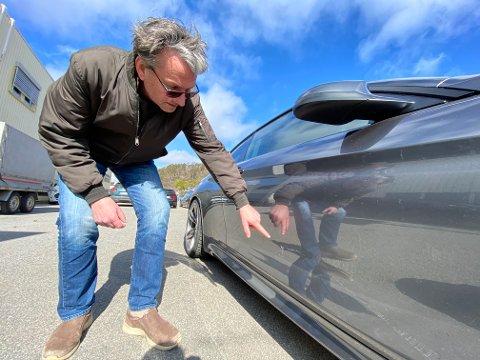 RIPER: Takplatene lagde flere store riper i bilen til Tom. Foto: Theo Aasland Valen