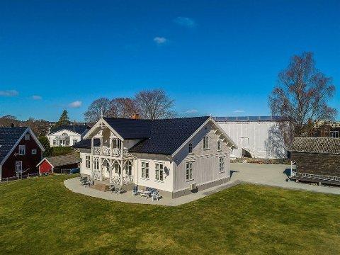 FLOTT GÅRD: Det skal ha vært farvermester Isak Hansen Nærum som trolig fikk gården bygget og bodde der med kone og tjenestefolk. Etter hans død har flere fornemme folk eid gården.