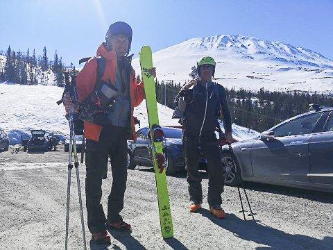 PÅ TUR: Jan Rasmussen og Svein Grinila fra Skien var på Gaustatoppen lørdag. Det var de ikke alene om.