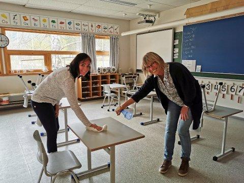 TØRK AV: Dette skal elevene gjøre flere ganger daglig. Læreren sprayer på overflatesprit, og elevene skal tørke av selv. F. v.: Bente Furø og Laila M. Einungbakke.