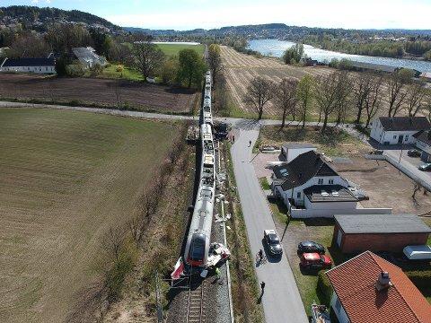 ULYKKE: Onsdag satt en henger seg fast på togovergangen og ble smadret. Torsdag pågår jobben om å rydde opp etter togulykken.
