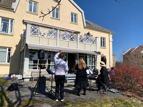 VINK FRA BALKONGEN: Ruben Kvålseth hilser beboerne på balkongen velkommen til forestilling.