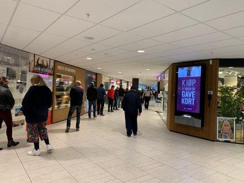 KØ: Køen strakte seg flere meter gjennom kjøpesenteret onsdag formiddag.