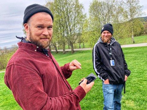 PÅ INSTAGRAM: Aleksander Stensrud Andersen og Andreas Nordmo viser fram hva de har lagt ut på Telemark Museums instagramkonto. - Det er de villeste historiene, forteller Stensrud Andersen.