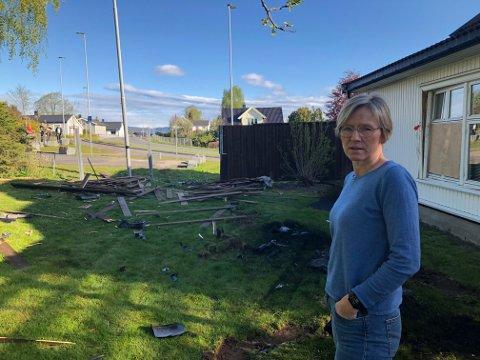 LÅ OG SOV: Ellen og mannen hadde akkurat lagt seg da bilen dundret inn i hagen og huset deres. Fredag morgen får hun bedre oversikt over de store skadene. Foto: Per B. Johansen