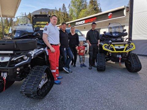 OVERREKKELSE: Røde Kors har kjøpt to nye ATV-er. F. v.: Mats Volland Finnekås, Jan Petter Slettemo og Silje Vaa (med sønnen Håvard) fra Nye Powersport AS, og Eivind Hovden, fagleder Tinn Røde Kors.