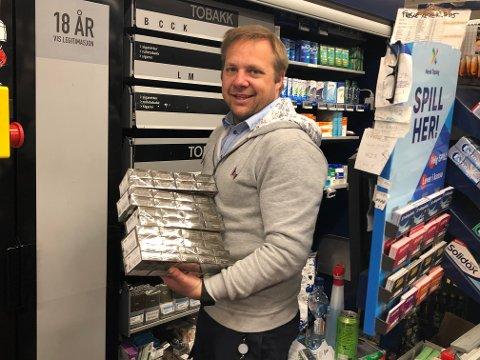 SELGER MER: Kjøpmann Jan Petter «Jappen» Steinsholt hos Rema 1000 Gimsøy i Skien har solgt mye mer snus og tobakk etter at grensene stengte. Foto: Per B. Johansen