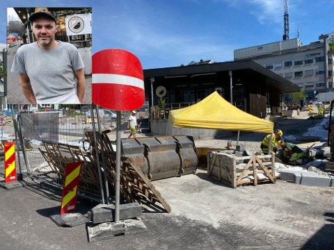BYGGEPROSJEKT: Det franske bakeriet Didier har vært omkranset av byggearbeider i over ett år. Det har medført store inntektstap, men kommunen har ingen ordning for å gi næringsdrivende i byen kompensasjon.