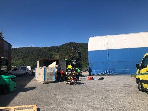 HARDT SKADD: En man i 50 årene har blitt påført klemskader etter at han fikk en generator over seg. (Foto: Åslaug Birgitte Græsvold).