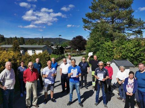 VISER MOTSTAND: Beboerne på Holtesletta er sinte og skuffet over at planen om en mulig skytebane går sin gang. Jørn Kolstad, midt på bildet, opplyser om at snart er det 700 personer fra hele kommunen som har skrevet under på protestlista.
