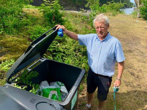 RYDDET: Bjørn Hansen har plukket og kastet alle glasskårene han kunne finne på Vestre Stabbestad. Foto: Sondre Lindhagen Nilssen
