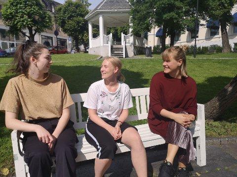 """Å VÆRE TILSTEDE: (f.v) Ada Odegard Risberg, Oda Emilie S. Ellefsen og Astrid Mæland jobber med forestillingen """"Her og nå, da"""" som handler om påvirkning fra sosiale medier og å være tilstede i det som skjer akkurat nå"""