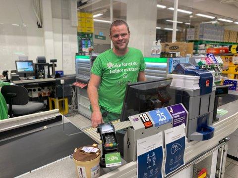 MINDRE SYKE: Butikksjef hos Kiwi Mobi, Lasse Vanebo, mener at positive tilbakemelding og hygienetiltak har ført til det minimale sykefraværet.