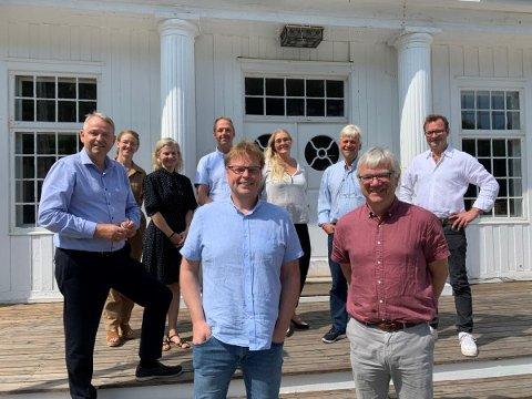 En spent gjeng: Representanter fra Bamble kommune, sammen med filmteamet og forfatter Jørn Lier Horst