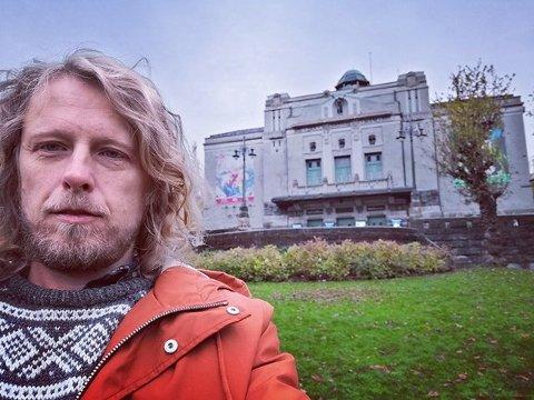 """HEDDANOMINERT: Fredrik Brattberg kan få Heddaprisen for """"Sørsiden"""" i september. her er han utenfor Den nationale scene."""